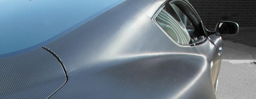 Aston Martin DBS mit Carbonfolie beschichtet. Heckansicht