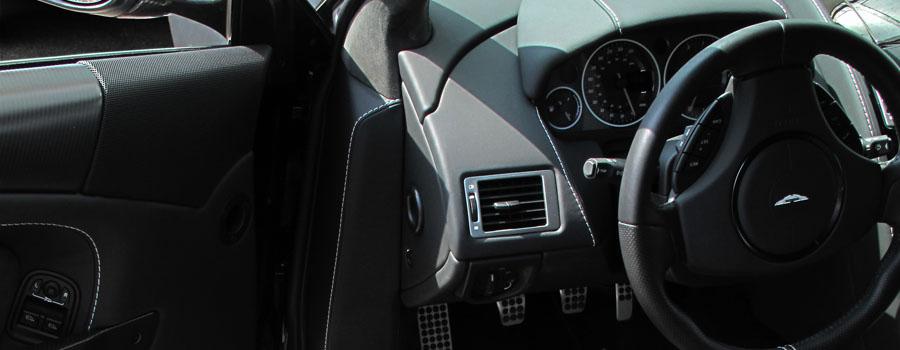 Aston Martin DBS mit Carbonfolie beschichtet. Einstieg komplett mitfoliert