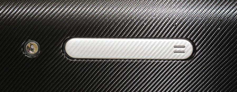 Aston Martin DBS mit Carbonfolie beschichtet. Türgriff zusätzlich mit silberner Carbonfolie überzogen