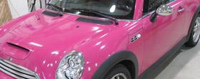 Mini Cooper S Cabrio mit pinker Folie beschichtet